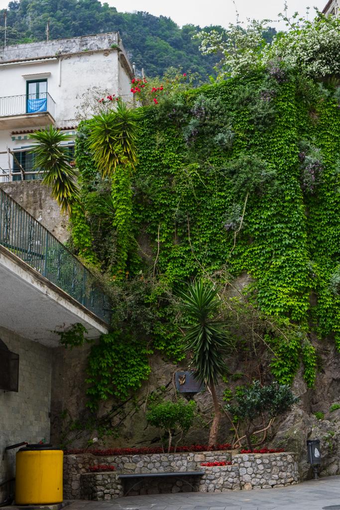 Grönskande berg Amalfi