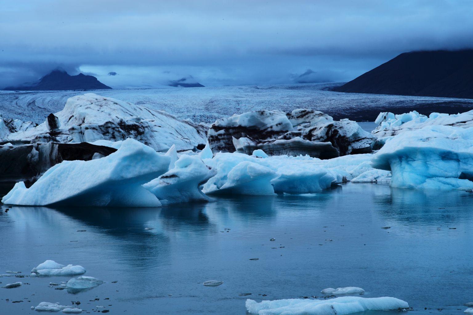 Breidamerkurjökull-with-icebergs